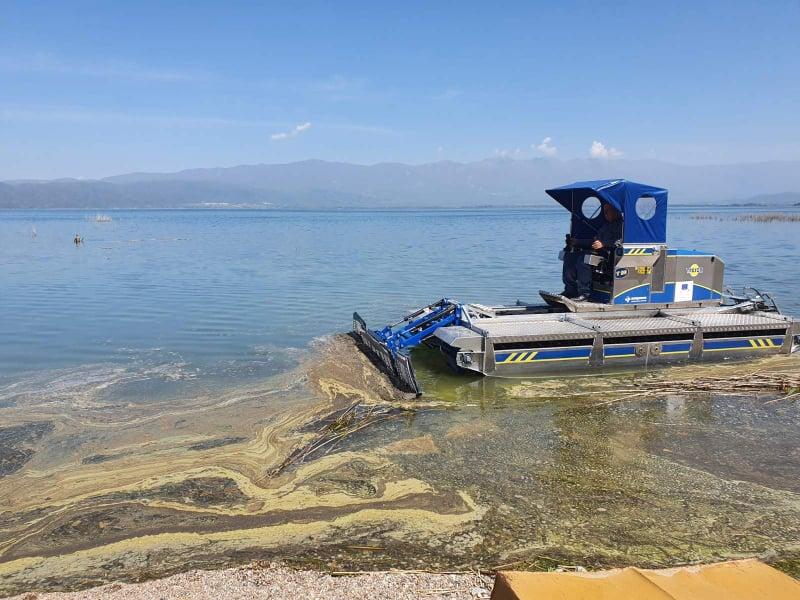 Општина Дојран набави пловен багер за да го чисти езерото од отпад на местата каде има плажи (фото и видео)